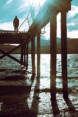 Mann auf der Seebrücke - p470m2031632 von Ingrid Michel