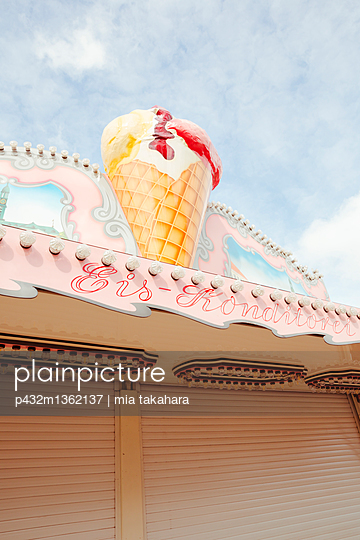 Eisstand auf Rummelplatz - p432m1362137 von mia takahara