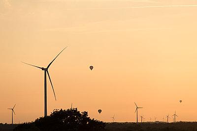 Heißluftballone im Windpark Hollich-Sellen - p1079m1552936 von Ulrich Mertens