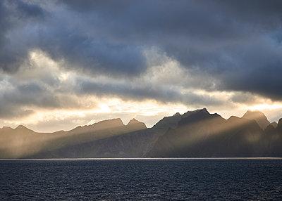 Lofoten im Sonnenuntergangslicht - p1124m1165630 von Willing-Holtz