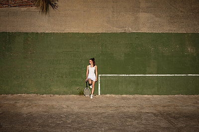 Woman and man taking a break during a tennis match - p1315m2131518 by Wavebreak