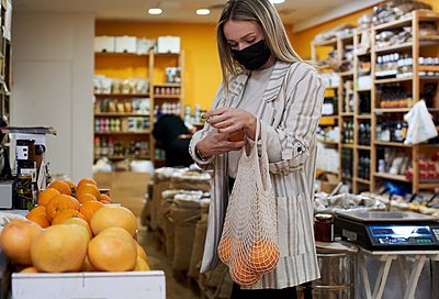 Woman doing some shopping at the organic shop. Sabadell, Spain. - p300m2257388 von Veam