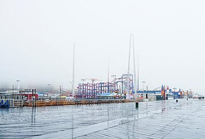 Luna Park in the rain, Coney Island; New York City, New York, USA - p442m2058091 by Daniel Alexander