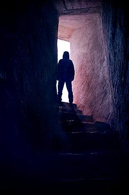 Mann auf der Treppe - p470m1190104 von Ingrid Michel