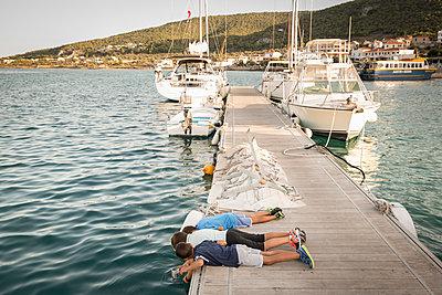 Kinder spielen auf Bootsanleger - p948m1355291 von Sibylle Pietrek
