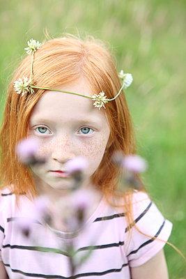 Little girl on a meadow - p045m944664 by Jasmin Sander