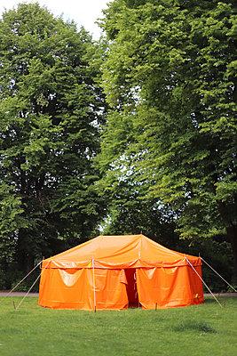 Zelt im Park - p1064m2245778 von Esmeralda