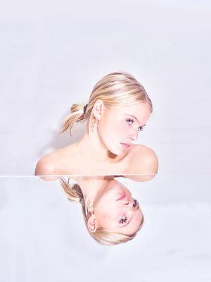Blond woman, portrait - p1484m2150905 by Céline Nieszawer