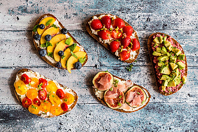 Different sandwiches, strawberry, fig, nectarine, avocado, tomato - p300m1537642 by Sandra Roesch