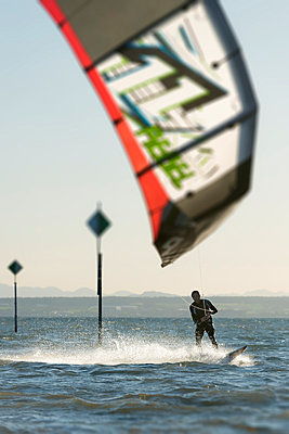 Germany, Baden-Wuerttemberg, Fischbach, Kitesurfer on Lake Constance - p300m873692 by Holger Spiering