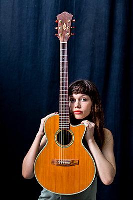 Gitarristin - p814m972406 von Renate Forster