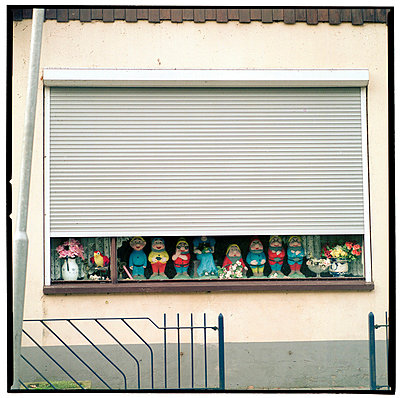 Gnoms and dwarfs standing in front of a window  - p8961275 by Reyer Boxem