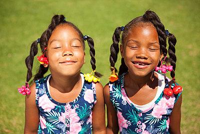 süße Afrikanerinnen im Partnerlook - p045m1424270 von Jasmin Sander