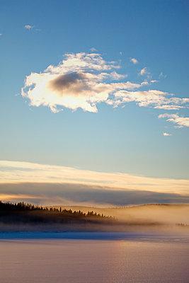 Abendlicht am eisbedeckten Waldsee - p235m1116462 von KuS
