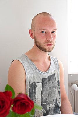 Portrait of young man wearing tanktop - p817m1460940 by Daniel K Schweitzer