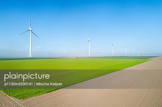 Windpark und Felder, Niederlande - p1132m2230141 von Mischa Keijser