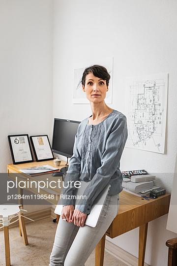 Architektin in Büro - p1284m1198548 von Ritzmann