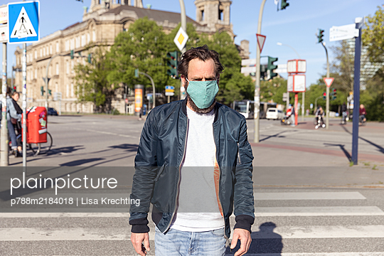 Germany, Hamburg, Man wearing face mask, portrait - p788m2184018 by Lisa Krechting