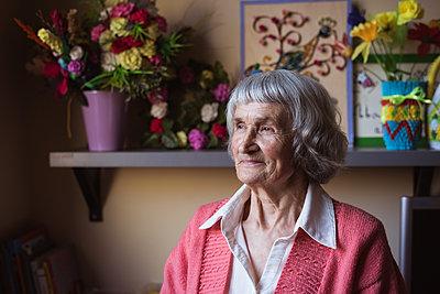 Smiling senior woman sitting at nursing home - p1315m1565565 by Wavebreak