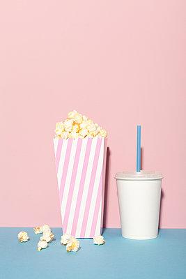 Ins Kino gehen - p454m1091450 von Lubitz + Dorner