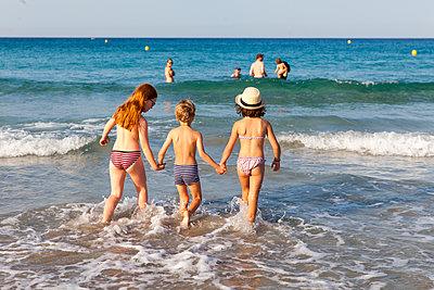 Badende Kinder - p756m1057178 von Bénédicte Lassalle