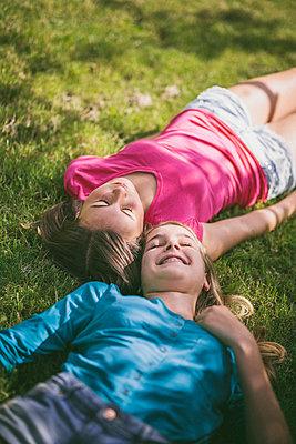 Zusammen im Gras - p946m815516 von Maren Becker