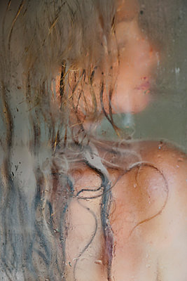 Woman under the shower - p958m2142055 by KL23