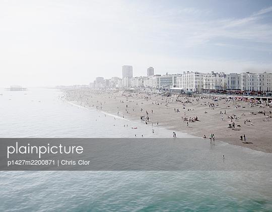 United Kingdom, England, Brighton, People resting at urban beach - p1427m2200871 by Chris Clor
