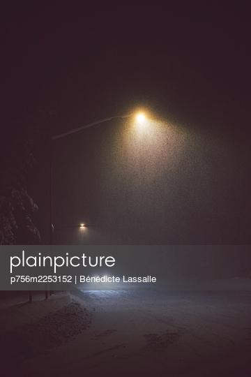 Straßenlampen, Auto in der Nacht im Schneegestöber - p756m2253152 von Bénédicte Lassalle
