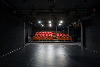 Deutschland, Berlin, Leeres Theater - p1338m2237794 von Birgit Kaulfuss