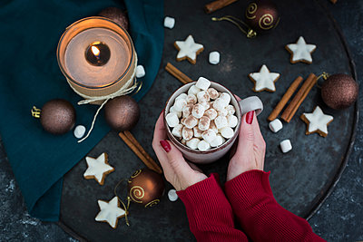 Woman's hands holding cup of Hot Chocolate with marshmellows at Christmas time - p300m2132085 by JLPfeifer