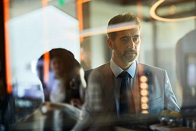 Business people meeting in hotel lobby - p300m2170926 by Zeljko Dangubic