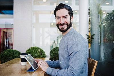 young man working on tablet, Madrid, Spain - p300m2274053 von Eva Blanco