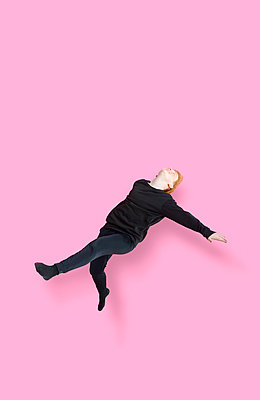 Jumping girl in front of pink background - p427m2272305 by Ralf Mohr