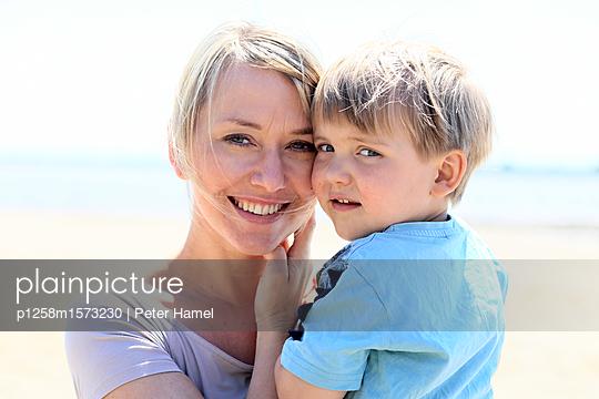 Porträt von Mutter und Sohn am Strand - p1258m1573230 von Peter Hamel