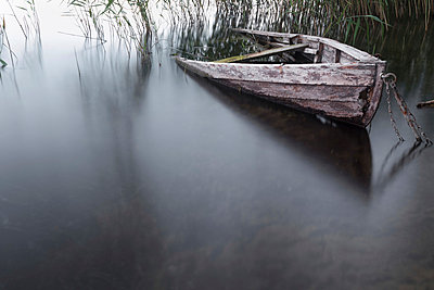 Versunkenes Boot - p089m918247 von Gerd Olma