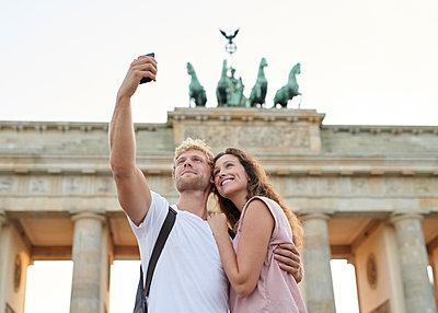 Selfie vor dem Brandenburger Tor - p1124m1463343 von Willing-Holtz