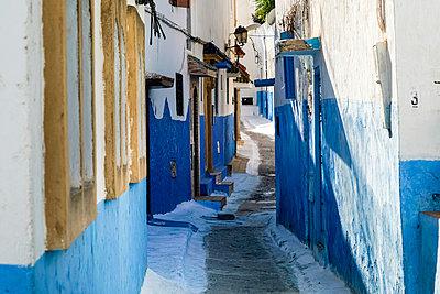 Morocco, Rabat, narrow alley - p300m1581226 by A. Tamboly