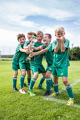 Germany, young football players cheering with cup - p300m2090570 by Westend61