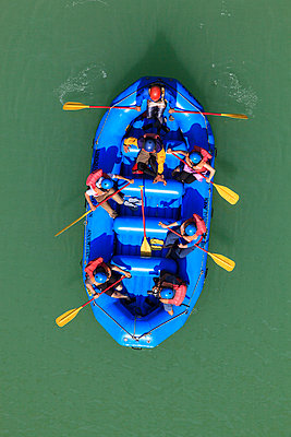 India, Uttarakhand, Rishikesh, People in rafting boat at River Ganges - p300m878372 by Fotofeeling