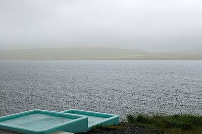 Heißer Pool am Fjord, Saeberg, Iceland - p470m1004935 von Ingrid Michel