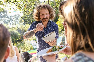 Gartenparty - p788m2037485 von Lisa Krechting
