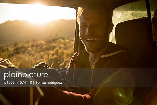 Mann bei einer Autotour - p1355m1574110 von Tomasrodriguez