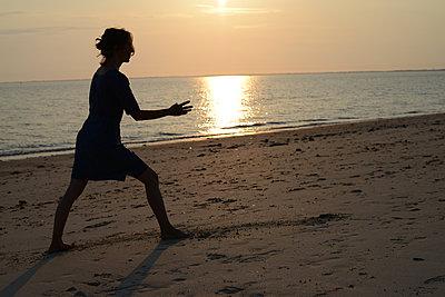 Woman practising martial arts - p1631m2211237 by Raphaël Lorand