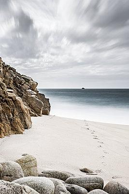 Fußspur am Meeresstrand - p248m1104509 von BY