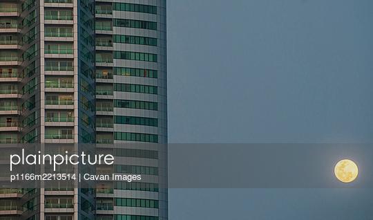 luxury condominium at Benjakitti park in Bangkok - p1166m2213514 by Cavan Images