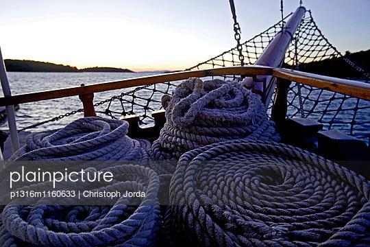 Seile auf einem Segelboot vpr Hvar, Dalmatien, Kroatien - p1316m1160633 von Christoph Jorda