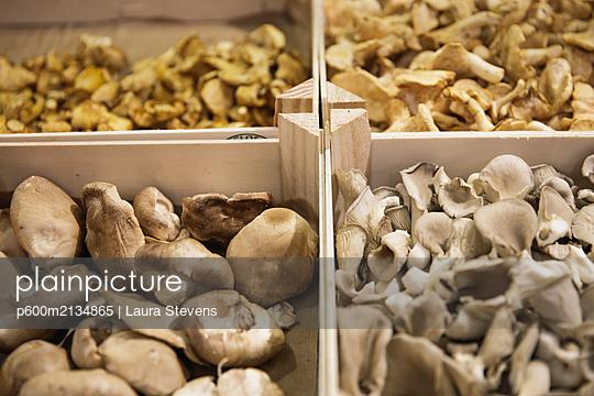 Market in Paris - p600m2134865 by Laura Stevens
