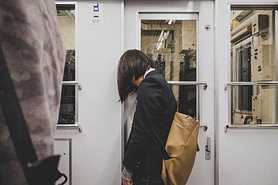 Mädchen in Bahn - p1345m2055593 von Alexandra Kern