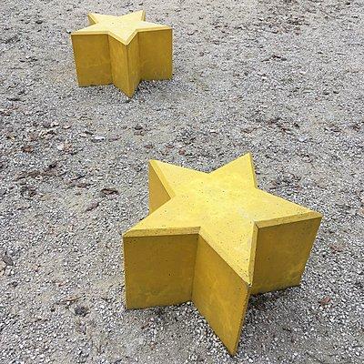 Gelbe Sitzbänke in Sternform - p1401m2254166 von Jens Goldbeck